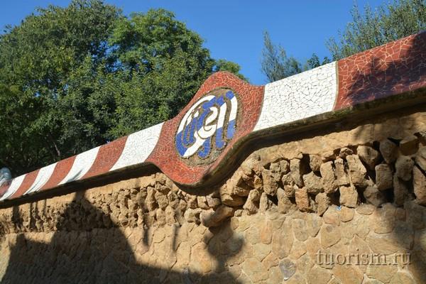 Парк Гуэля: стена у входа, Барселона