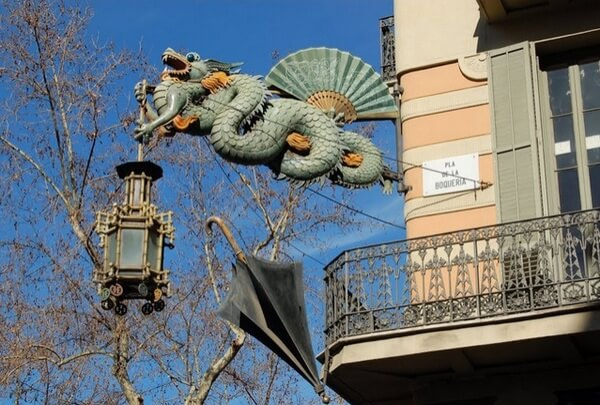 Дракон на доме с зонтиками, Барселона