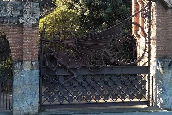 Дракон на воротах в павильоны Гуэля