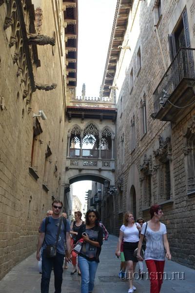 Мост у дворца правительства Каталонии, достопримечательность Барселоны