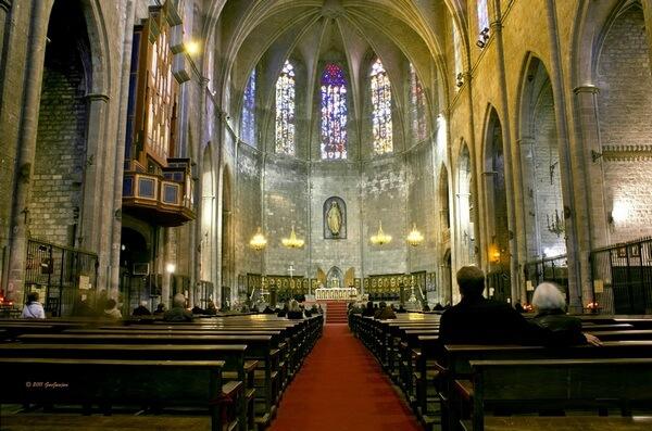 Интерьер и алтарь базилики Санта Мария дель Пи, Барселона