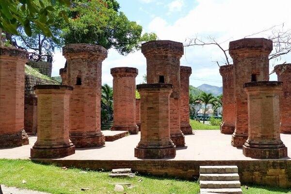 Колонны перед чамскими башнями Понагар, достопримечательность Нячанга
