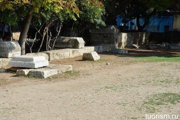 Постаменты для статуй, Афины