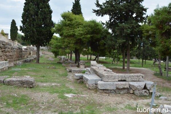 Стоа и старый храм Диониса на Акрополе