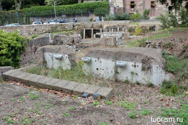 мраморные писуары, римский туалет, театр Марцелла, раскопки, Рим