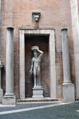 сатир, сатир делла валле, статуя, скульптура, двор музея, между колонн, Капитолийские музеи, что есть, Satiro Della Valle, Capitoline museums