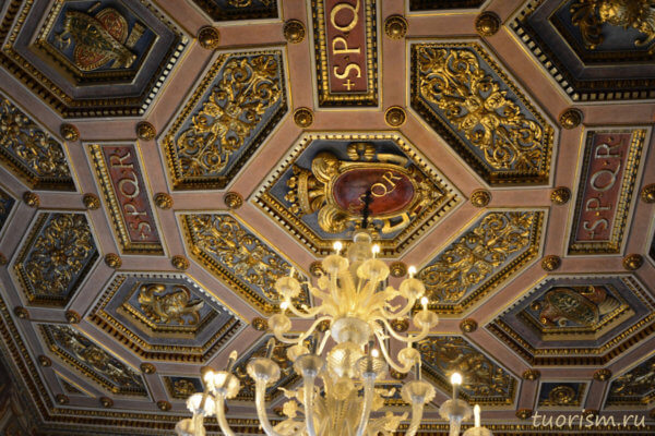 Кессонированный потолок, кессоны, потолок, музей, Капитолийский музей, люстра, золото, hexagonal, coffered ceiling, gilded carvings, Capitoline Museums