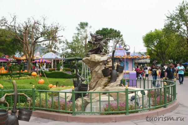Микки Маус, водопад, метла, статуя, страна Фантазии, Диснейленд, Гонконг, Mickey Mouse, statue, waterfall, Fantasyworld, Disneyland, Hong Kong