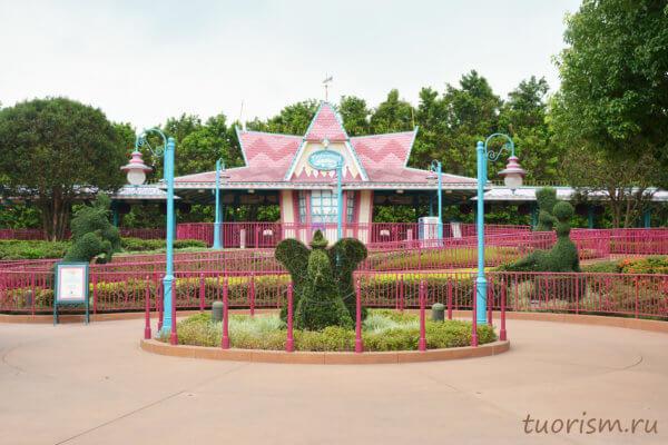 железнодорожная станция, страна Фантазии, Диснейленд, Гонконг,розовая станция, куст в форме слона, Fantasyland station, Disneyland, Hong Kong